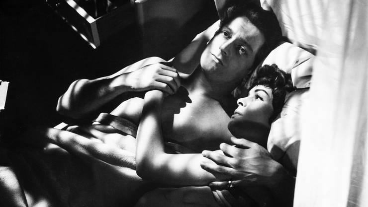 """Als Paar das Bett teilen ist gesund: Normalerweise träumt man mehr und ist dadurch tagsüber ausgeglichener, besagt eine Studie. Das gilt aber nur, wenn keiner schnarcht. (Filmstill """"Ich war ihm hörig"""")"""