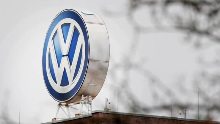 Gegen den deutschen Autobauer VW ist wegen des Abgasskandals nach Inkrafttreten eines neuen Gesetzes am Donnerstag eine Klagewelle angerollt. (Symbolbild)