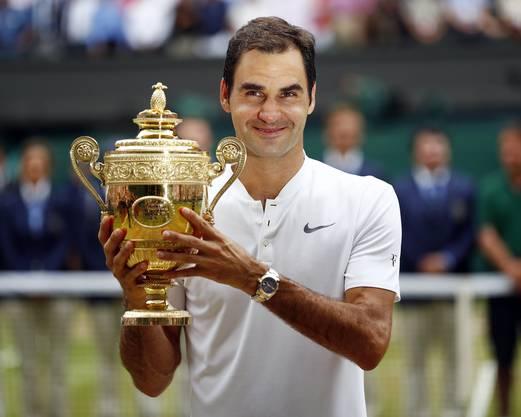 Federer posiert mit dem Pokal für die Fotografen.