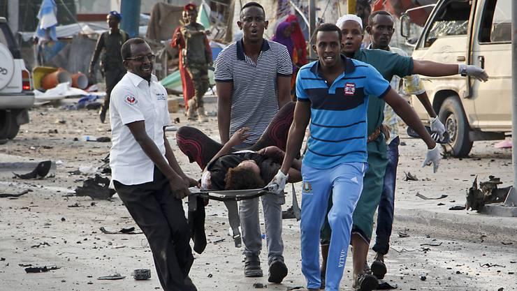 Mindestens 53 Todesopfer und über 100 Verletzte forderte der Anschlag der Terrormiliz Al-Schabaab in der somalischen Hauptstadt Mogadischu.