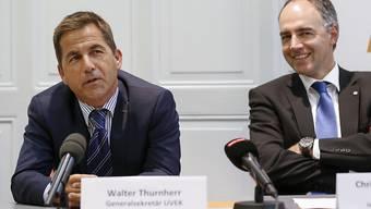 """""""Ich kenne die Bundesverwaltung recht gut"""": UVEK-Generalsekretär Walter Thurnherr zu seiner Kandidatur als Bundeskanzler (links), neben ihm CVP-Chef Christophe Darbellay (rechts)."""