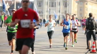 Die Läufer überqueren die Mittlere Brücke. Bald am Ziel!