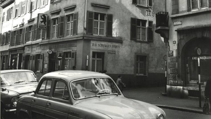 Vor dem Brand 1972 war der Wandstreifen unter der Traufe im «Schwarzen Bären» noch markant niedriger als heute. Ansonsten sah das Gebäude über Jahre hinweg gleich aus. (Aufnahme vom April 1967)