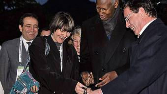 Pierre Salvi, Abdou Diouf und Micheline Calmy-Rey (v.r.n.l.)
