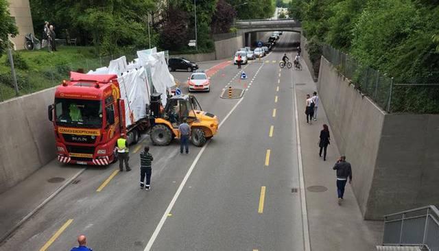 Verkehrschaos in Zuchwil. Die geladene Ware wurde einzeln vom LKW gehoben.