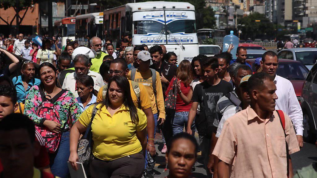 Zu Fuss statt mit der Metro: In der venezolanischen Hauptstadt Caracas fiel erneut der Strom aus.