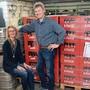Beatrice Kaufmann und Rolf Mäder im Keller der Mäder Landmaschinen AG: Über die Festtage lagern hier Bier und Mineralwasser statt Ersatzteile und Geräte.