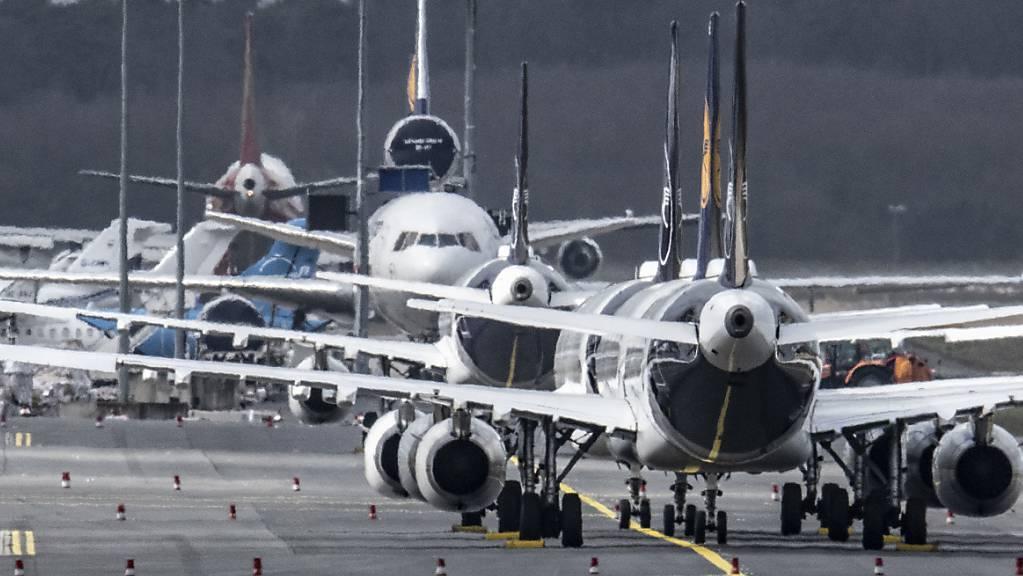 Mit millionenfachen Passagiertests und der schnellen Verbreitung von Impfstoffe will sich die Airline-Branche aus der Corona-Misere befreien. Bis zum Wendepunkt müssten die Unternehmen aber noch beispiellose Verluste hinnehmen. (Archivbild)