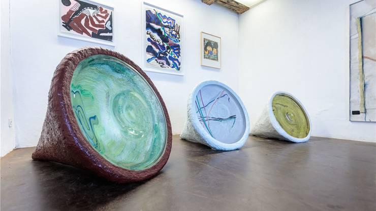 Farbenfroh und vielfältig präsentieren sich die Bilder und Objekte von Lilly Keller in der Freitagsgalerie.