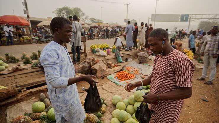 Markt in einem Aussenbezirk von Abuja: «Afrikas grosser Bruder», wie Nigeria auch genannt wird, steht vor einer Richtungswahl. Ben Curtis/AP/Keystone