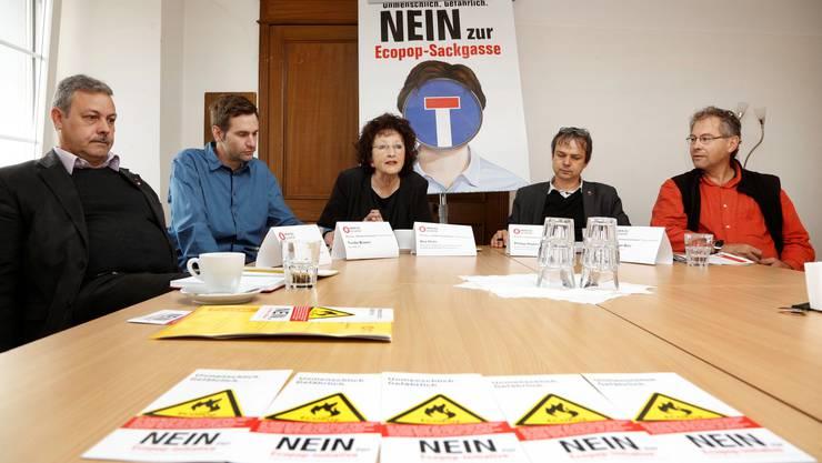 Sagen entschieden Nein zu Ecopop (v.l.): Markus Baumann (Gewerkschaft Unia), Tvrtko Brzovic (Second@s Plus), Bea Heim (SP-Nationalrätin), Philipp Hadorn (SP- Nationalrat) und Felix Glatz-Böni (Grüne Kanton Solothurn).