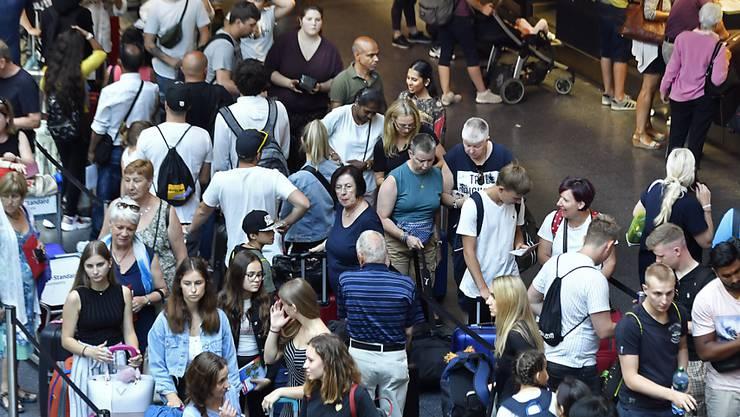 Hohe, aber keine Rekord-Passagierzahlen zum Auftakt der Sommerferien auf dem Flughafen Zürich.