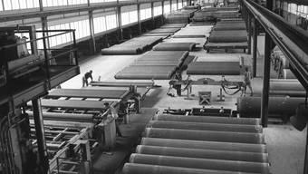 Produktion von asbesthaltigen Eternitröhren in den Werkhallen der Eternit AG in Niederurnen GL im Jahr 1972. Noch Jahrzehnte nach dem Asbestverbot erkranken jedes Jahr etwa 120 Personen, weil sie die Faser eingeatmet haben. (Archivbild)