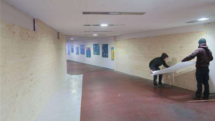 Letzte Vorbereitungen vor dem Drehstart: Mitarbeiter der Filmproduktion bauen die Unterführung zum Filmset um. Lyl