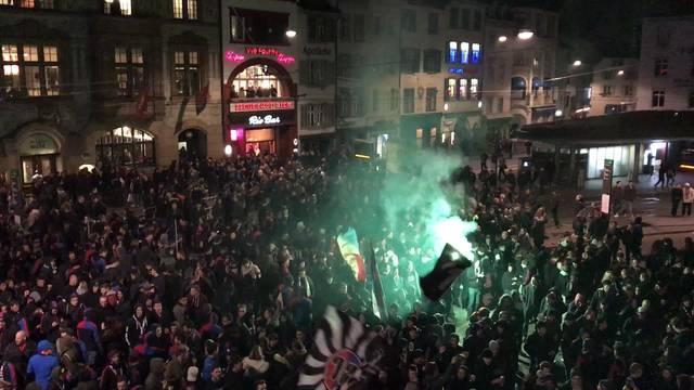 Der FC Basel wird nach dem Sieg der Meisterschaft von den Fans auf dem Barfi gefeiert