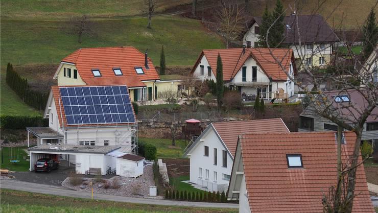 Sind Solaranlagen genügend angepasst, brauchen Private im Baselbiet schon heute keine Bewilligung. Eine Meldung ist jedoch weiterhin notwendig. (Symbolbild)