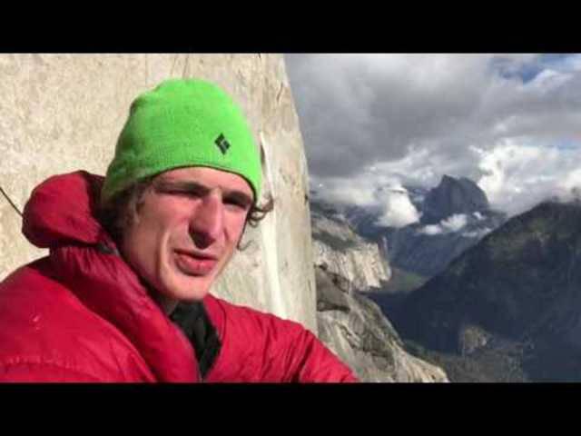 Picknick mit Aussicht: Adam Ondra hat nur noch wenige Meter am «El Capitan» vor sich.
