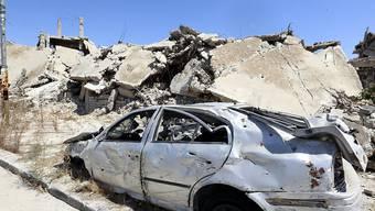 Trümmer in Homs - laut mehreren Quellen hat die syrische Luftwaffe Rebellen-Viertel in der westsyrischen Stadt Homs angegriffen. (Archiv)