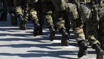 Der Nationalrat will weiterhin 100'000 Soldaten in der Armee marschieren lassen (Symbolbild)