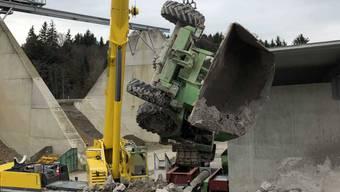 Der Dumper wurde mit Hilfe eines Krans aus der Kiesgrube geborgen.