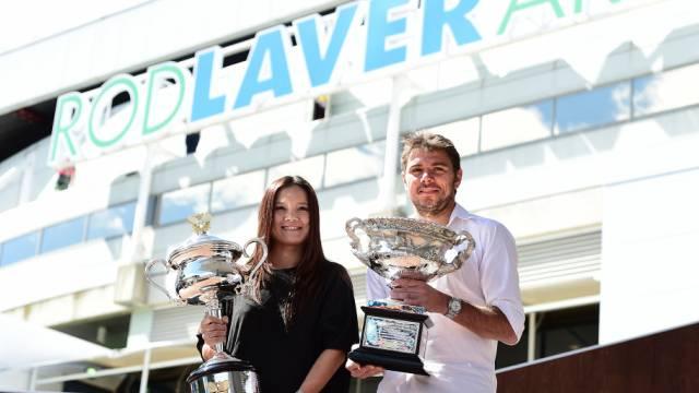Li und Wawrinka brachten zur Draw die 2014 gewonnenen Trophäen mit