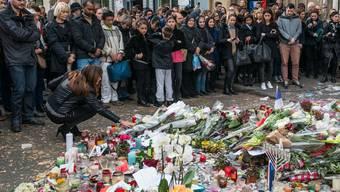 Trauer um die Toten des IS-Anschlages in Paris im Jahr 2015. Der Aargauer Thomas C. soll die Terroristen trainiert haben.  (Photo by David Ramos/Getty Images)