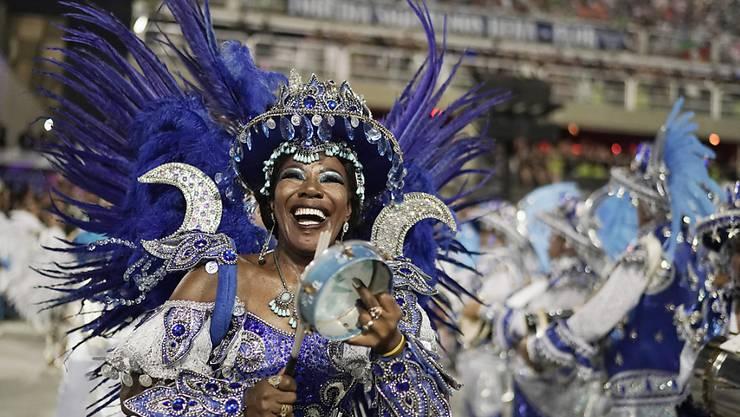 Am Karneval in Rio de Janeiro treten zahlreiche Sambaschulen an. (Archivbild)