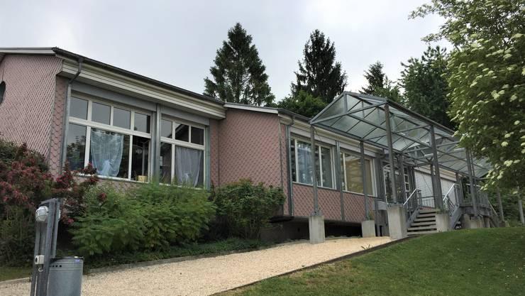 Der Kindergarten Mülirai aus den 1960er-Jahren soll um zwei Gruppenräume erweitert werden: Das Giebeldach wird um 1,30 Meter angehoben.