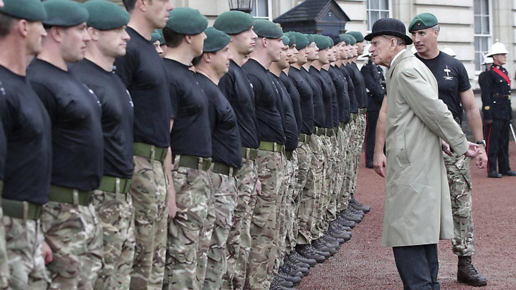 Prinz Philip spricht mit Marinesoldaten. Mit der Abnahme einer Parade absolvierte das 96-jährige Oberhaupt der Königlichen Marinesoldaten seinen letzten öffentlichen Auftritt.