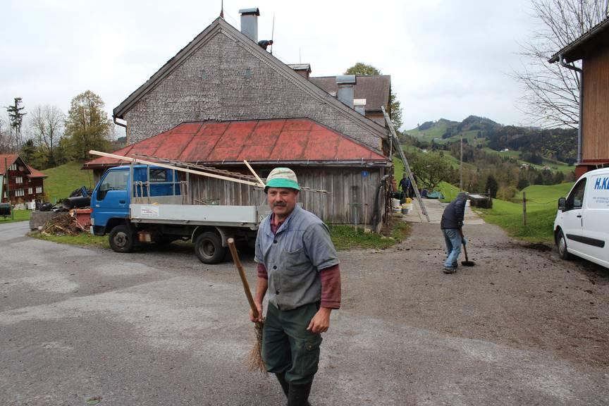Auch Martin Rechsteiner hat nach dem Sturm jede Menge Arbeit. (Bild: FM1Today/Dario Cantieni)