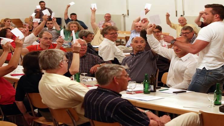 Unerwartet viele Hände hoben sich in der Konsultativabstimmung für ein grundsätzliches Ja zur Mitgliederpartei.Hansruedi Aeschbacher