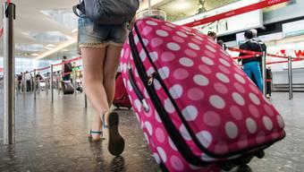 Die Hälfte derer, die verreisen wollen, planen laut der Studie eine Reise ins Ausland. Im Bild ist eine Touristin am Flughafen Zürich zu sehen.