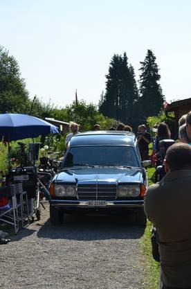 In diesem Leichenwagen rollte Mike Müller als Bestatter in den Familiengarten