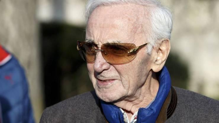 Der Wahlschweizer Charles Aznavour ist mit 94 noch recht rüstig. Der Arm, den er Mitte Mai bei einem Sturz gebrochen hat, heilt jetzt aber doch weniger gut als erhofft. Bis September kann er keine Konzerte geben. (Archivbild April 2018)