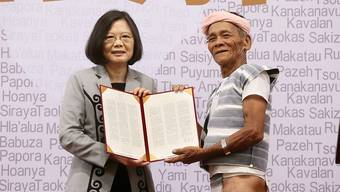 Als erstes Staatsoberhaupt Taiwans hat sich Präsidentin Tsai Ing Wen bei den Ureinwohnern der Insel entschuldigt. Hier übergibt sie einem Vertreter der Ureinwohner die formale schriftliche Entschuldigung.