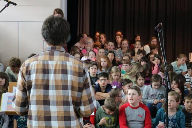 Die Kinder üben in der Singprobe die Lieder des Musicals und die passenden Gesten dazu.