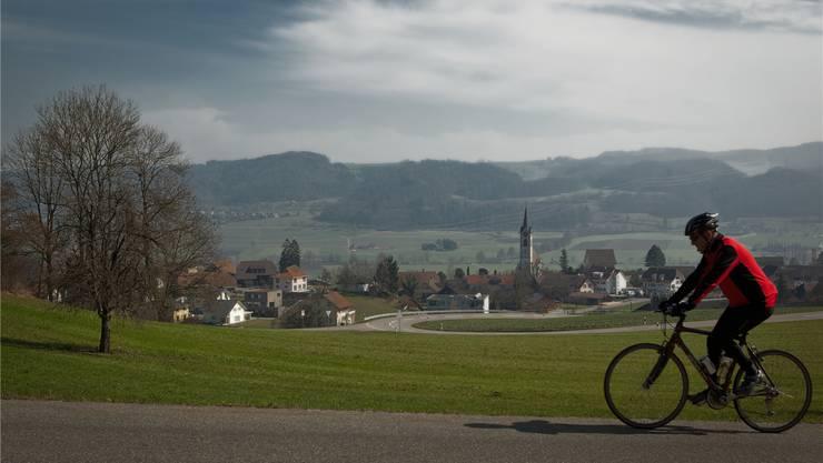 Die idyllisch gelegene Gemeinde Reitnau im oberen Suhrental mit Ausblick aufs Suhrental.