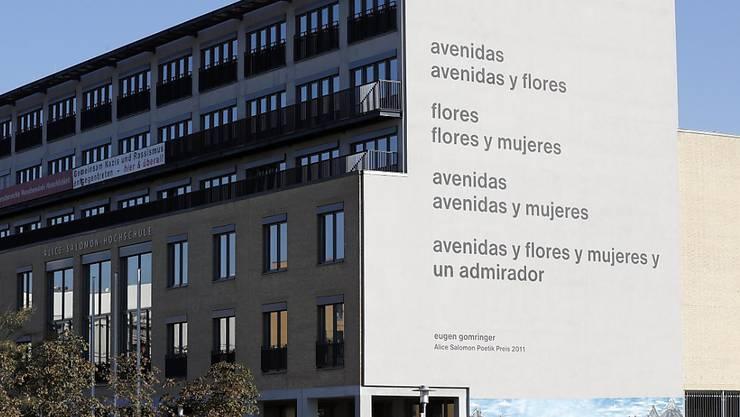Eugen Gomringers Gedicht an der Fassade der Alice Salomon Hochschule soll angeblich sexistisch sein. Angehörige der Uni dürfen nun abstimmen darüber, ob die Inschrift weichen muss oder nicht. (Archivbild)