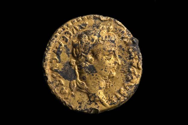 Die Goldmünze ist eine Prägung des Kaisers Tiberius.