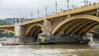 Armeeschiffe halfen am Donnerstag bei der Bergung in Budapest.