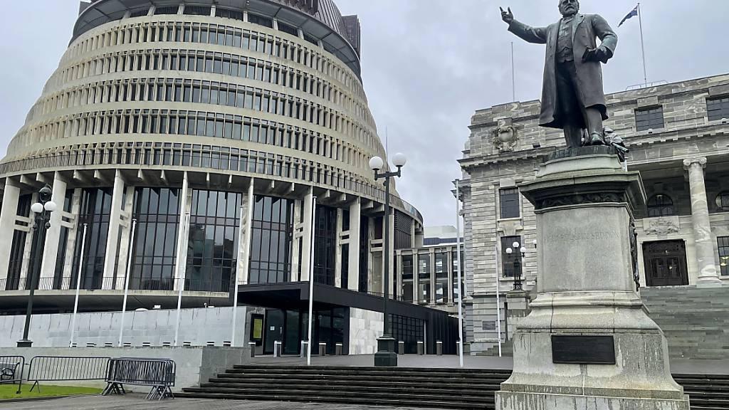 Blick auf das Parlamentsgebäude im Geschäftsviertel von Wellington. Neuseeland verlängert wegen Dutzender neuer Corona-Fälle den landesweiten Lockdown um weitere vier Tage. Foto: Nick Perry/AP/dpa