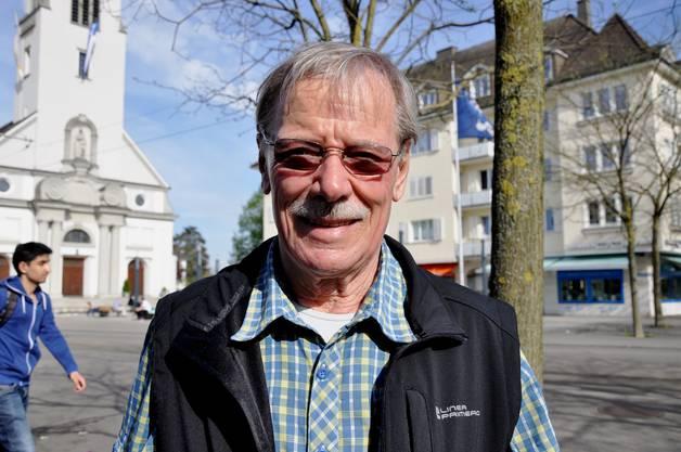 Hans Dieter Egger, 72, Dietikon: «Mindestens vier Tageszeitungen stehen bei mir täglich auf dem Programm, Bücher hingegen lese ich selten. Ich nehme mir zwar immer vor, mal wieder ein Buch in die Hand zu nehmen, komme aber nicht dazu. Eines, das ich schon lange zu Ende lesen will, ist «Mein Kampf», auch von solcher Literatur kann man lernen.»