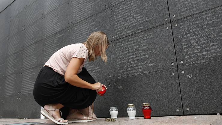 Eine Frau gedenkt den Opfern des Warschauer Aufstands.