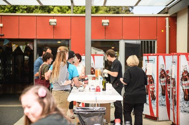 Die Besucherinnen und Besucher liessen es sich bei Risotto und Hotdog gut gehen...