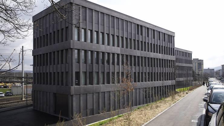 Das modernste Baselbieter Gefängnis befindet sich im obersten Stock des 2014 eröffneten Strafjustizzentrums Muttenz. Von den 47 Haftplätzen sind momentan 42 belegt. Für Strafgerichtsprozesse bleiben stets separate Zellen reserviert.
