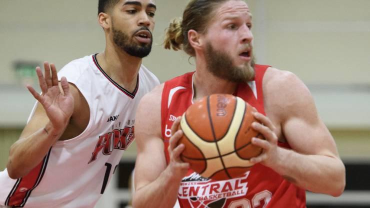 Swiss Central, hier mit Michael Plüss am Ball, startet mit dem jüngsten Kader in die NLA-Meisterschaft