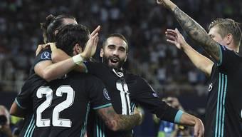 Die Spieler von Real Madrid feiern in Skopje nach dem Abpfiff das 2:1 im europäischen Supercup gegen Manchester United