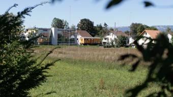 Das Bauland im Lindenpark grenzt an die BLS-Linie.  ama