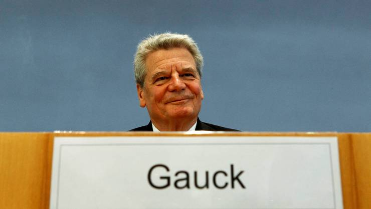 Joachim Gauck, candidate for June 30 presidential elections smiles before a news conference in Berlin, June 4, 2010. The Social Democrats and Greens opposition parties are putting forward a rival candidate for president - Joachim Gauck, 70, who headed research into the Stasi archives after the collapse of communism. German Chancellor Angela Merkel's candidate, Christian Wulff, 50, is a heavyweight in her Christian Democrats (CDU) and a loyal ally.   REUTERS/Fabrizio Bensch  (GERMANY - Tags: POLITICS)