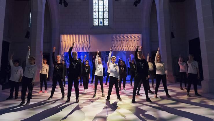 Grosser Moment für die 120 Jugendlichen der Mittel- und Oberstufe Windisch: Premiere des Kunstprojekts leise brüllen in der vollbesetzten Klosterkircher Königsfelden